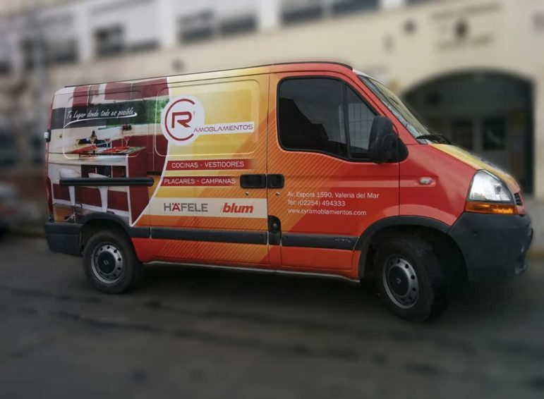 Ploteo total impreso de camioneta de servicios de amoblamiento