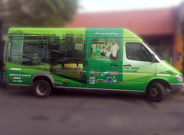 Ploteo completo impreso camioneta grande larga para transporte de alimentos