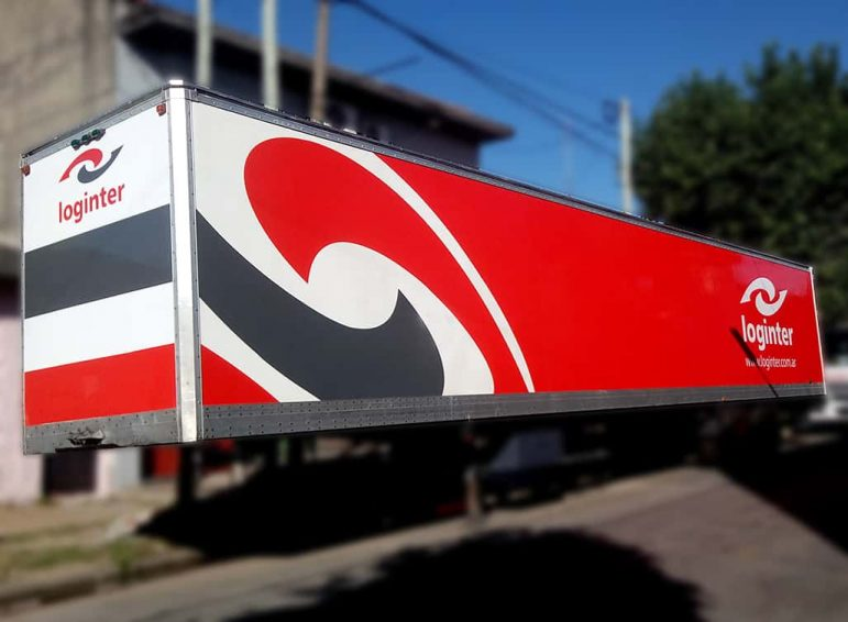Ploteo total en vinilo de corte para furgón de empresa de transporte