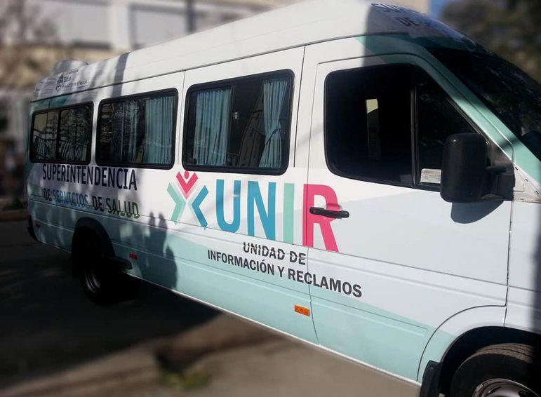 Ploteo completo impreso de camioneta larga para unidad de información móvil