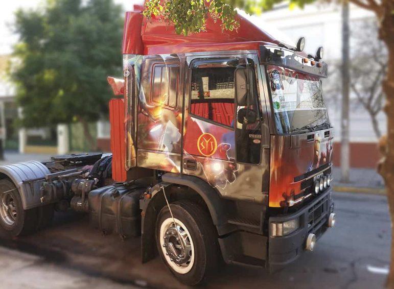 Ploteo completo impreso de camión de transporte sin acoplado