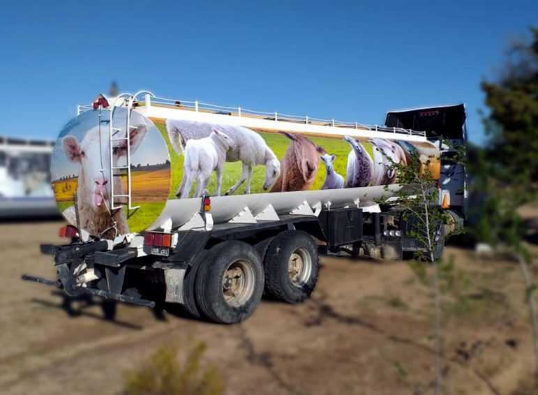 Ploteo parcial impreso de tanque de agua para ovejas en Trelew Chubut