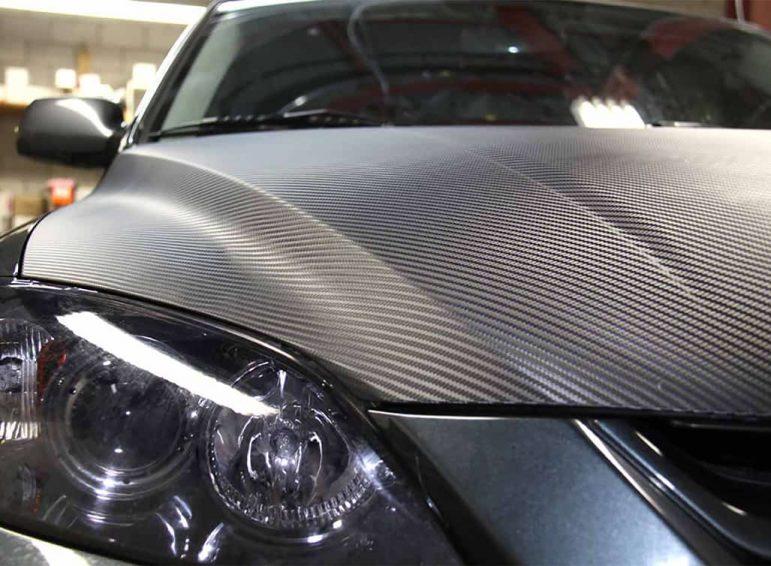 Ploteo parcial en capot en fibra de carbono y materiales especiales para autos