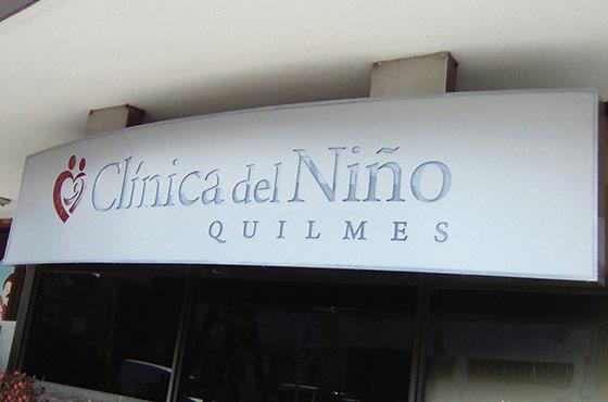 Calado en alucobond con iluminación sectorizada para Clinica del Niño en Quilmes